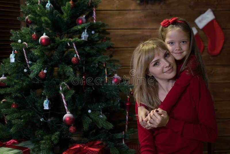 Το Mom και η κόρη συναντούν ευτυχή Χριστούγεννα στοκ φωτογραφία με δικαίωμα ελεύθερης χρήσης
