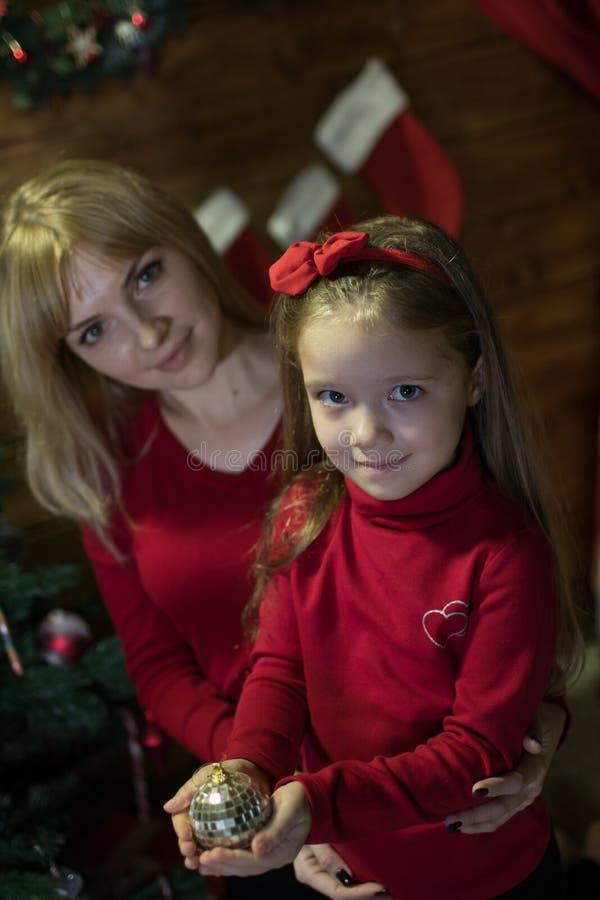 Το Mom και η κόρη συναντούν ευτυχή Χριστούγεννα στοκ εικόνες