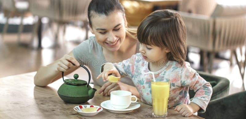 Το Mom και λίγη κόρη πίνουν το τσάι σε έναν καφέ στοκ φωτογραφία με δικαίωμα ελεύθερης χρήσης