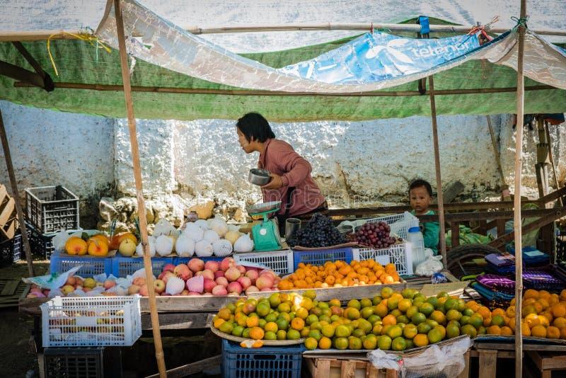 Το Mom και ο μπαμπάς πωλούν τα φρούτα στην αγορά του Mandalay στοκ εικόνα