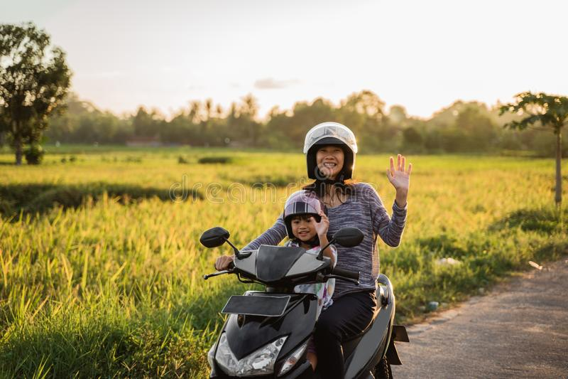 Το Mom και το παιδί της απολαμβάνουν το μηχανικό δίκυκλο μοτοσικλετών στοκ φωτογραφία