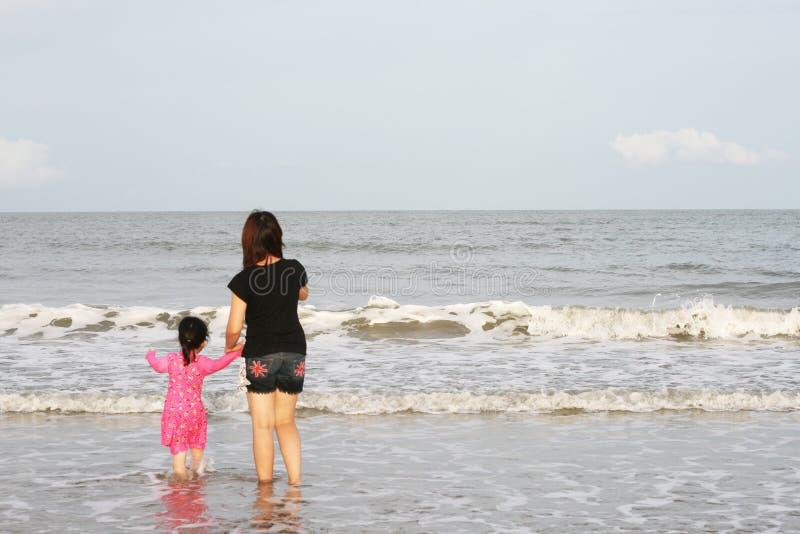Το Mom παίζει με το παιδί στην παραλία στοκ εικόνα με δικαίωμα ελεύθερης χρήσης