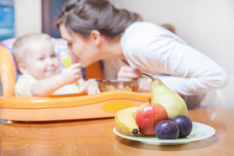 Το Mom ταΐζει το μωρό καθαρό χυμός ποτό στοκ εικόνες με δικαίωμα ελεύθερης χρήσης