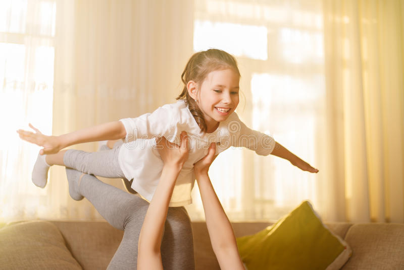 Το Mum και το χαριτωμένο κορίτσι παιδιών κορών της παίζουν, χαμογελούν και αγκαλιάζουν Ευτυχές Mother& x27 ημέρα του s στοκ εικόνες με δικαίωμα ελεύθερης χρήσης
