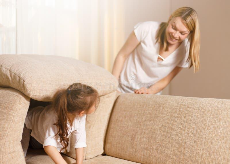 Το Mum και το χαριτωμένο κορίτσι παιδιών κορών της παίζουν, χαμογελούν και αγκαλιάζουν ευτυχής μητέρα s ημέρας Οικογενειακές διακ στοκ φωτογραφία με δικαίωμα ελεύθερης χρήσης