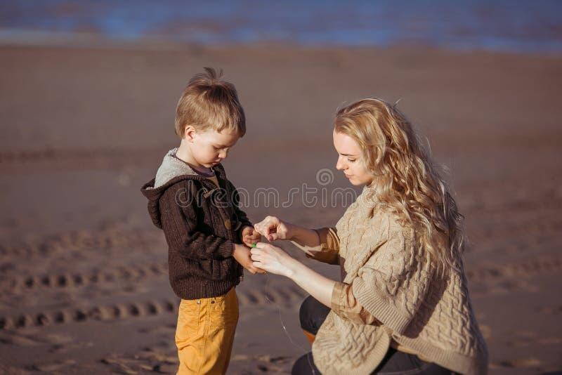 Το mum κρατά τα χέρια του γιου της στοκ εικόνες