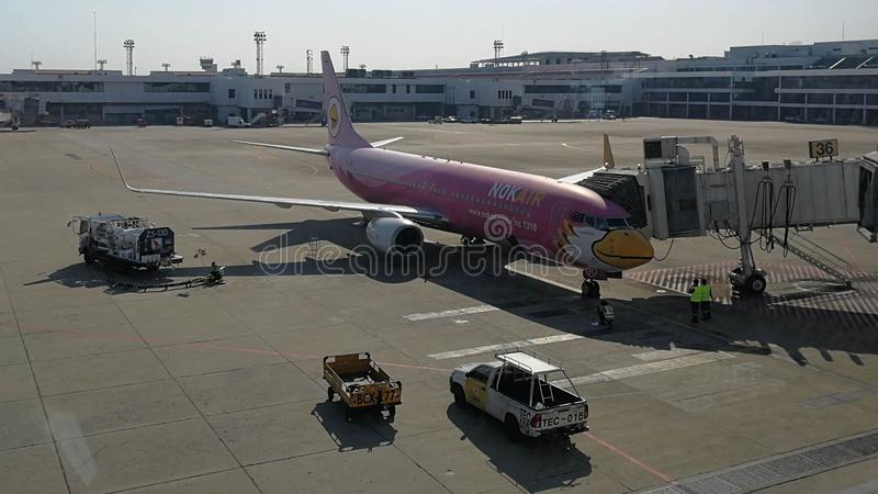 Το Nokair στην πύλη φορά μέσα τον αερολιμένα Maung Internationnal, Ταϊλάνδη στοκ εικόνα