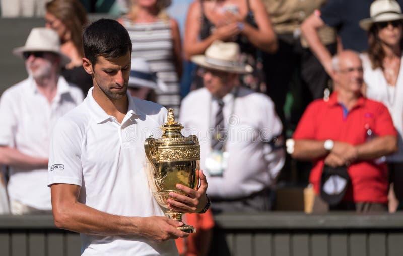 Το Novac Djokovic, σερβικός φορέας, κερδίζει Wimbledon για τέταρτη φορά Στη φωτογραφία κρατά το τρόπαιο στο κεντρικό δικαστήριο στοκ εικόνα με δικαίωμα ελεύθερης χρήσης