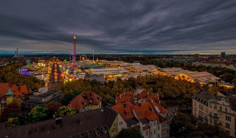 Το Oktoberfest/το Wiesn στο Μόναχο κατά τη συνολική άποψη στο βράδυ στοκ φωτογραφία