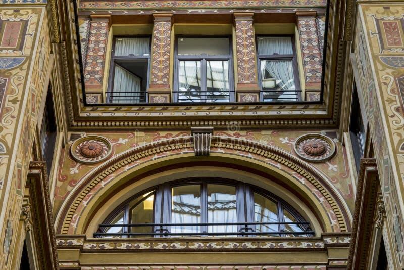 Το Ornately χρωμάτισε και διακόσμησε το προαύλιο του Galleria Sciarra στοκ φωτογραφίες