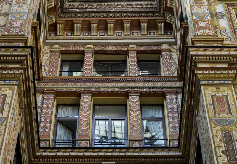 Το Ornately χρωμάτισε και διακόσμησε τις προσόψεις του Galleria Sciarra στοκ εικόνες