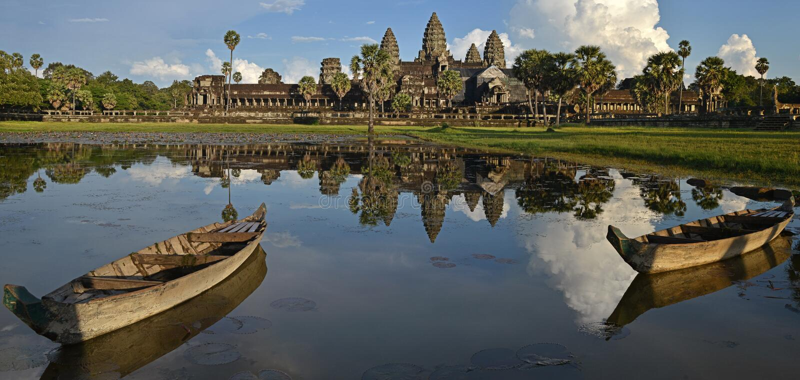 Το Panoramas της αντανάκλασης Angkor Wat στη λίμνη λωτού με τη βάρκα δύο στο βράδυ, Siem συγκεντρώνει, Καμπότζη στοκ φωτογραφία με δικαίωμα ελεύθερης χρήσης