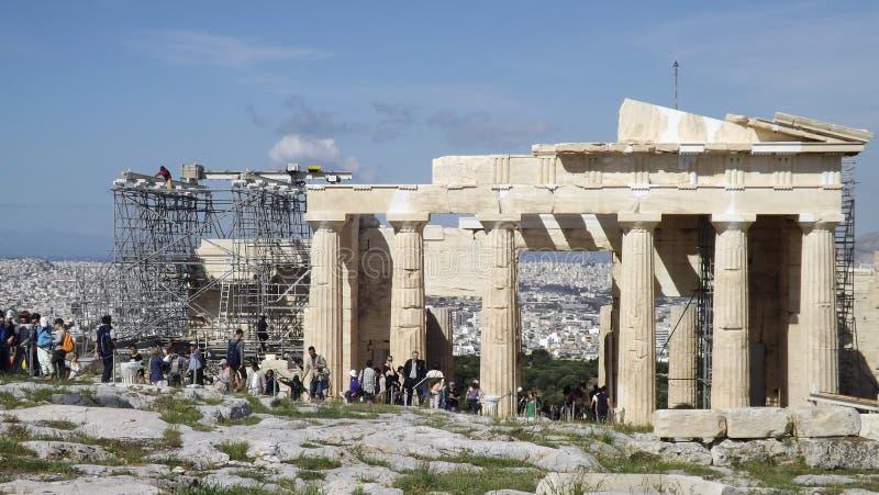 Το Parthenon στην ακρόπολη στην Αθήνα, Ελλάδα, με τα υλικά σκαλωσιάς στοκ εικόνα