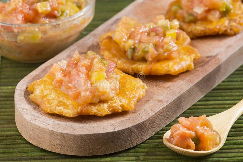 Το Patacà ³ ν τηγάνισε τα ισιωμένα κομμάτια πράσινο plantain tostà ³ ν, tachino στοκ εικόνα με δικαίωμα ελεύθερης χρήσης