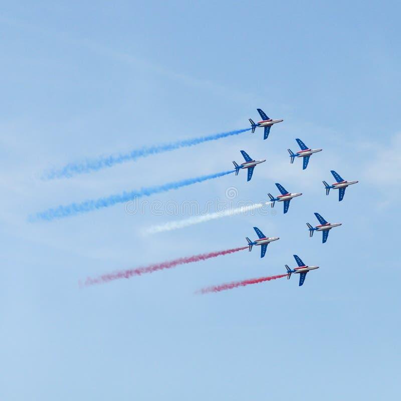 Το Patrouille de Γαλλία στο διεθνή αέρα του Παρισιού παρουσιάζει στοκ φωτογραφίες
