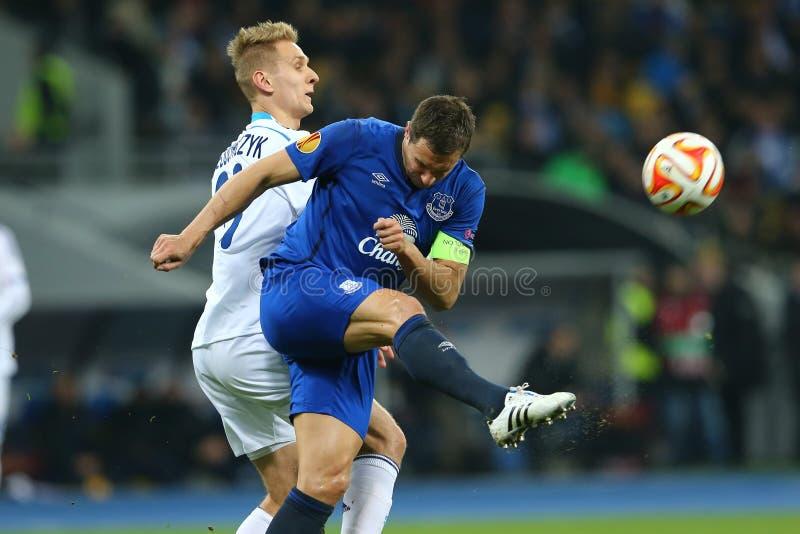 Το Phil Jagielka πυροβολεί τη σφαίρα, τον κύκλο ένωσης UEFA Ευρώπη της δεύτερης αντιστοιχίας ποδιών 16 μεταξύ της δυναμό και Ever στοκ εικόνες