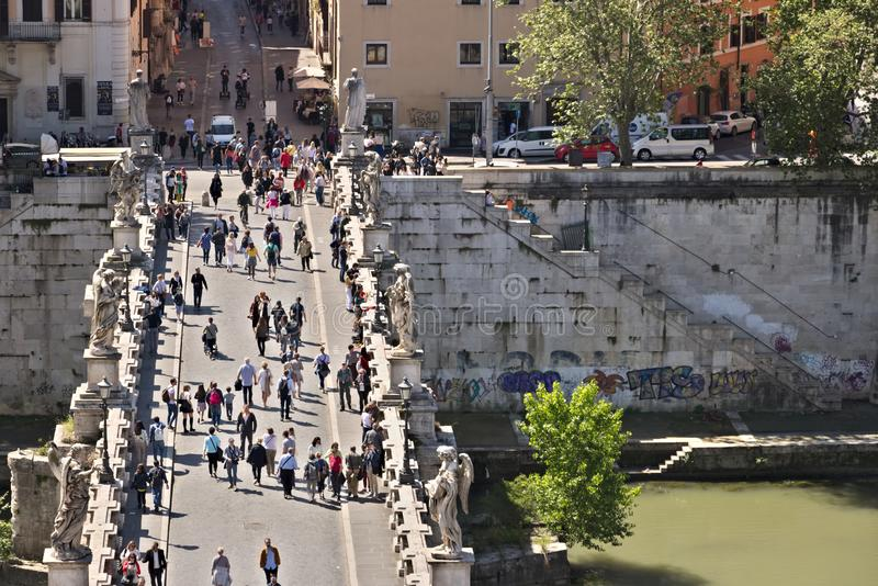 """Το Ponte Sant """"Angelo διασχίζει τον ποταμό Tiber στη Ρώμη στοκ φωτογραφίες"""