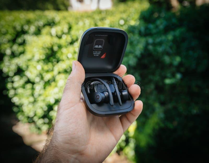 Το Powerbeats υπέρ κτυπά από την unboxing συσκευασία του Δρ Dre στοκ φωτογραφίες
