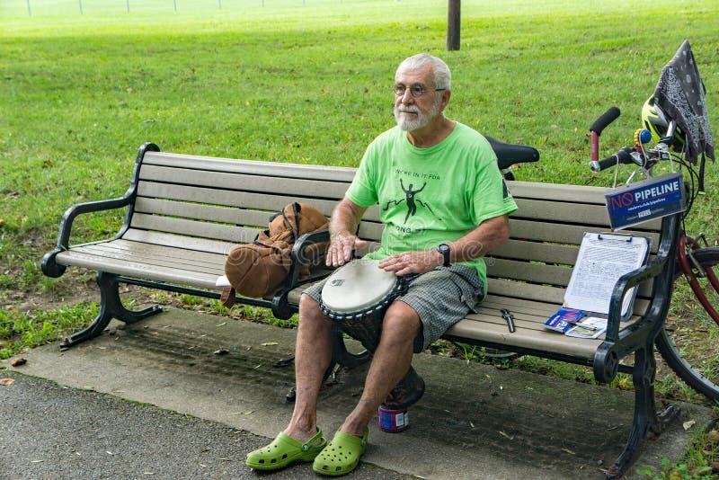 Το Protestor παίζει ένα μίνι τύμπανο Conga στοκ φωτογραφία με δικαίωμα ελεύθερης χρήσης