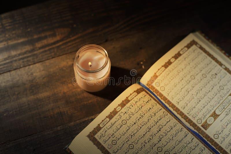 """Το Qur """", το ιερό βιβλίο του Ισλάμ Μήνας λατρείας Kekhusyuan Ramadan, που διαβάζει τα scriptures με τη χρησιμοποίηση ενός φωτός κ στοκ εικόνες"""