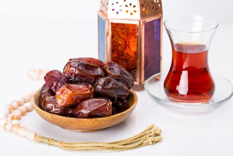 Το Ramadan Kareem εορταστικός, κλείνει επάνω των ημερομηνιών στο ξύλινο πιάτο και ro στοκ φωτογραφίες με δικαίωμα ελεύθερης χρήσης