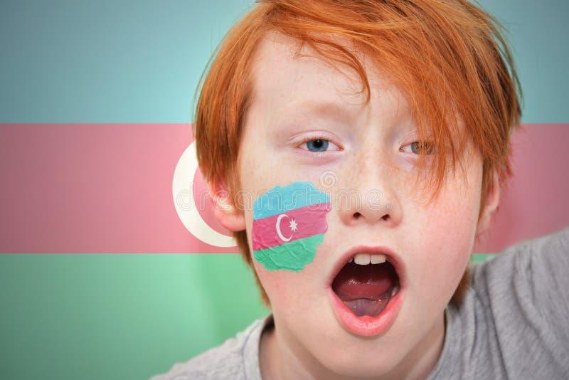 Το Redhead αγόρι ανεμιστήρων με την του Αζερμπαϊτζάν σημαία χρωμάτισε στο πρόσωπό του στοκ εικόνα με δικαίωμα ελεύθερης χρήσης