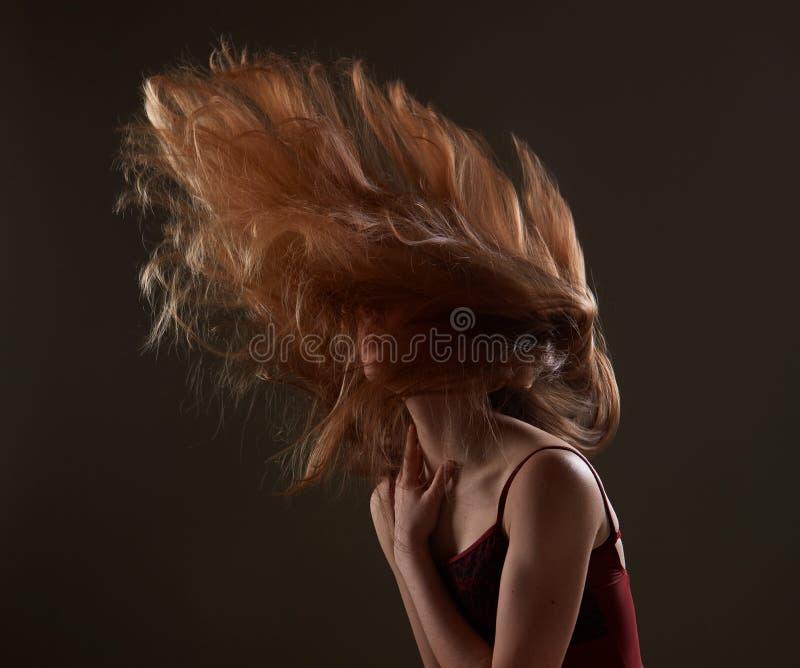 Το Redhead κορίτσι ταλαντεύεται sensually την τρίχα στοκ εικόνα με δικαίωμα ελεύθερης χρήσης