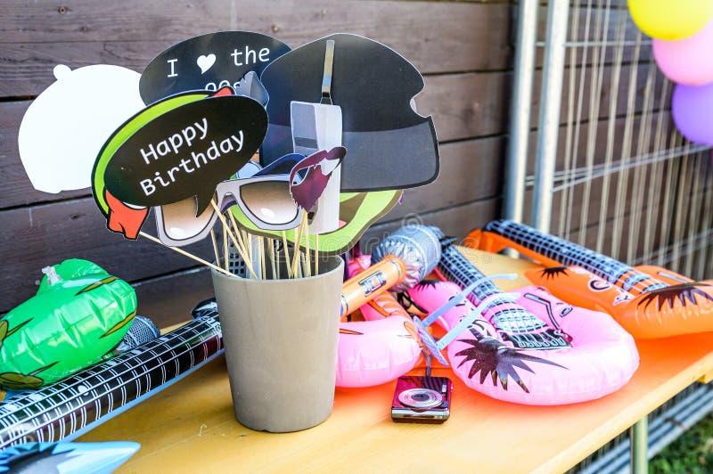 Το Retro Party έβαλε γυαλιά, χείλη, μουστάκια, σχεδιαστικό φωτογραφικό τραπέζι, χαρούμενες φωτογραφίες γενεθλίων αστείες φωτογραφ στοκ φωτογραφία