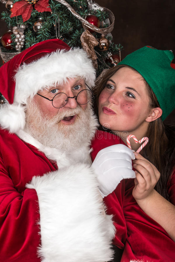 Το Santa παίρνει ένα φιλί στοκ φωτογραφία με δικαίωμα ελεύθερης χρήσης
