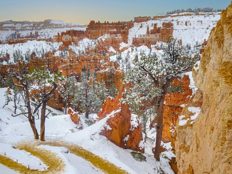 """Το Scenic Bryce φαράγγι Ï""""Î¿ χειμώνα με χιόνι στοκ φωτογραφία με δικαίωμα ελεύθερης χρήσης"""