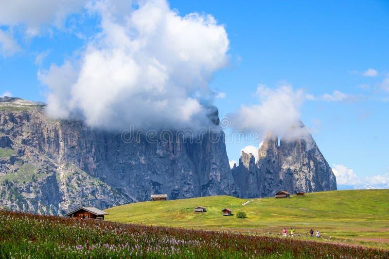 Το Sciliar Schlern τοποθετεί είναι ορεινή ομάδα των δολομιτών που βρίσκονται σε trentino-Alto Adige, στην επαρχία του Μπολτζάνο,  στοκ φωτογραφία με δικαίωμα ελεύθερης χρήσης