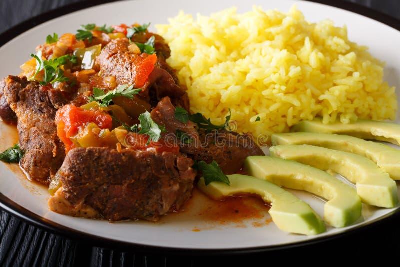 Το Seco de chivo είναι stew αιγών με την κίτρινη κινηματογράφηση σε πρώτο πλάνο ρυζιού και αβοκάντο στοκ φωτογραφίες