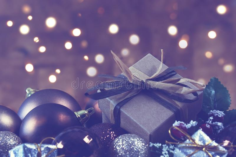 Το Shabby κομψό δώρο στις διακοσμήσεις Χριστουγέννων με το bokeh lig στοκ εικόνα