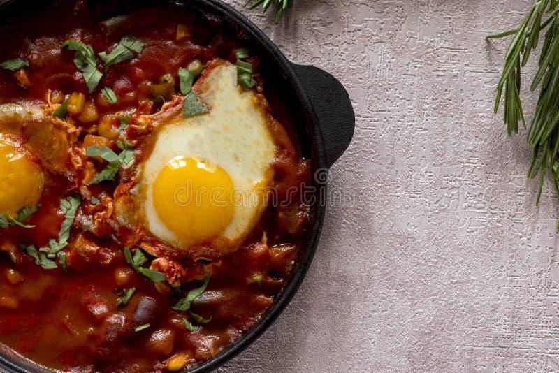 Το Shakshuka είναι ένα νόστιμο πιάτο των αυγών, που τηγανίζεται σε μια σάλτσα των ντοματών, του καυτού πιπεριού, του κρεμμυδιού κ στοκ φωτογραφία με δικαίωμα ελεύθερης χρήσης