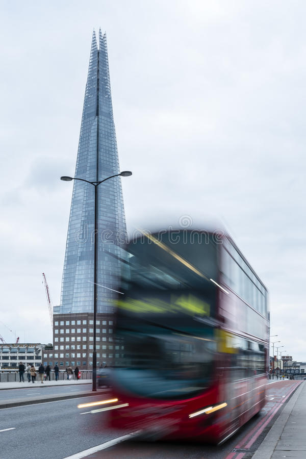 Το Shard του ουρανοξύστη γυαλιού κοντά στη γέφυρα του Λονδίνου στοκ εικόνα