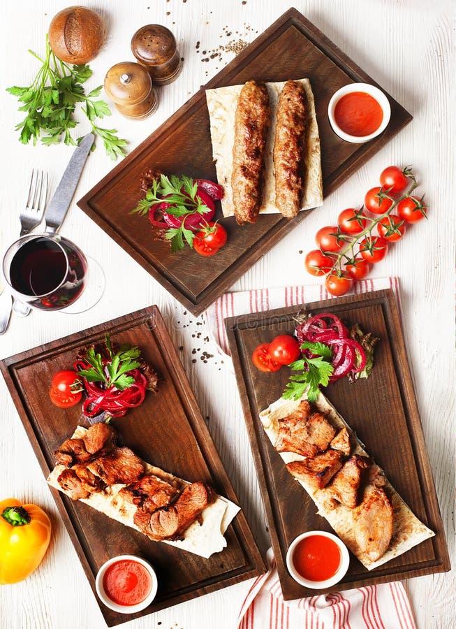 Το Shish kebabs βλέπει άνωθεν τους τοπ διαφορετικούς τύπους, εστιατόριο στοκ εικόνες