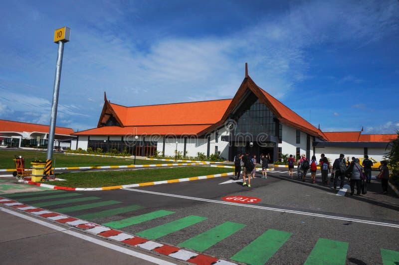 Το Siem συγκεντρώνει το διεθνή αερολιμένα Angkor, οι επιβάτες πρόκειται να ελέγξουν μέσα στοκ εικόνα