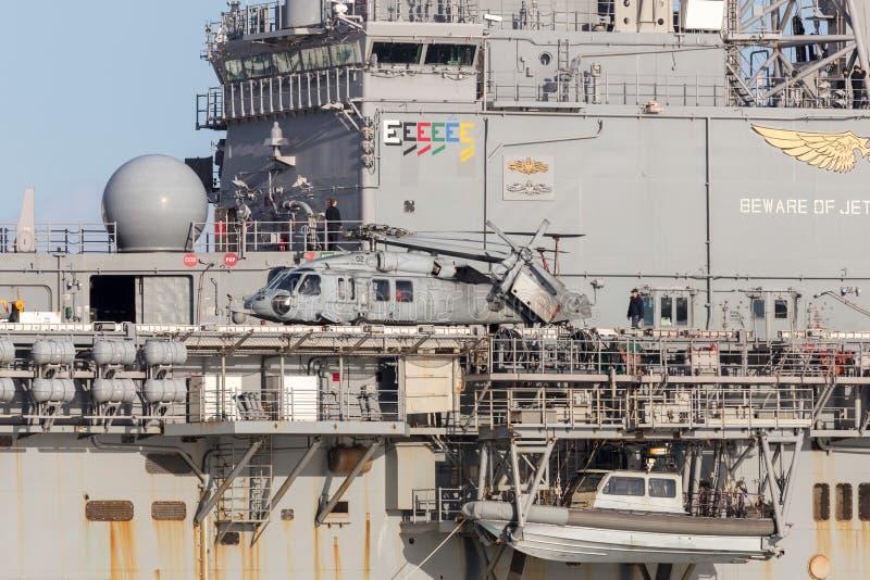 Το Sikorsky mh-60 ελικόπτερο SH-60 Seahawk από Ηνωμένο ναυτικό στη σφήκα κρατικού ναυτικού Untied στέλνει το USS Bonhomme Richard στοκ εικόνες
