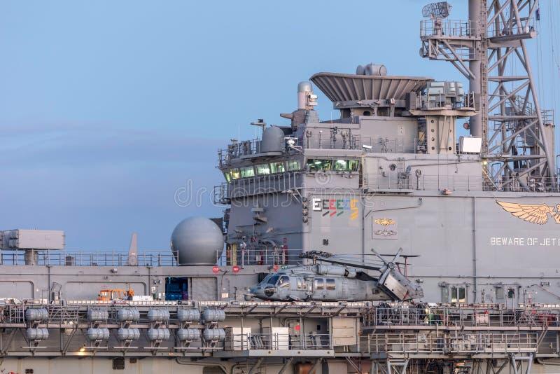 Το Sikorsky mh-60 ελικόπτερο SH-60 Seahawk από Ηνωμένο ναυτικό στη σφήκα κρατικού ναυτικού Untied στέλνει το USS Bonhomme Richard στοκ φωτογραφίες