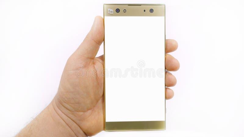 Το Smartphone υπό εξέταση, χέρι ατόμων ` s κρατά ένα κινητό τηλέφωνο γυαλιού στοκ εικόνα