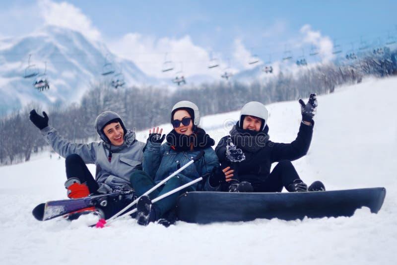 Το Snowboarder πηδά με το σνόουμπορντ από το snowhill Τοπίο βουνών άλματος ατόμων στο υπόβαθρο Να κάνει σκι Snowboarder μέσα υψηλ στοκ εικόνες