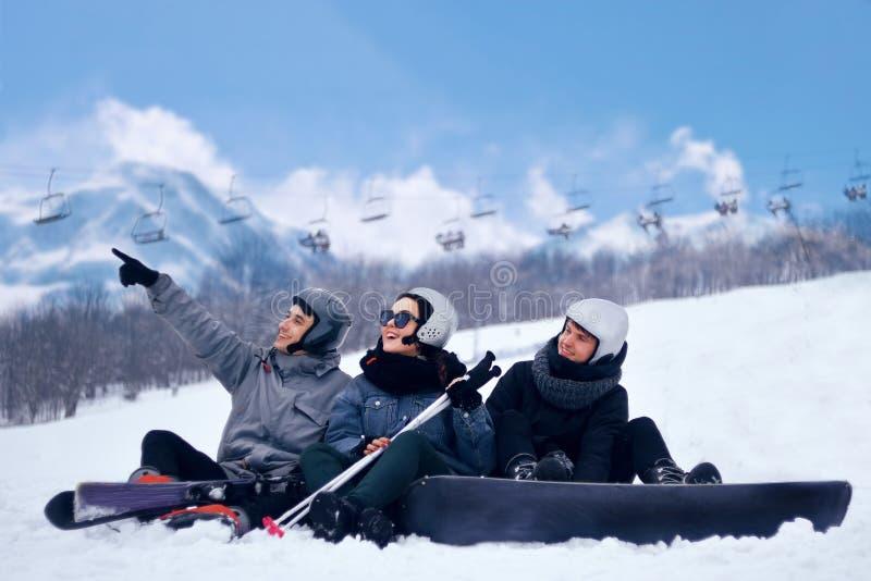 Το Snowboarder πηδά με το σνόουμπορντ από το snowhill Τοπίο βουνών άλματος ατόμων στο υπόβαθρο Να κάνει σκι Snowboarder μέσα υψηλ στοκ εικόνα με δικαίωμα ελεύθερης χρήσης