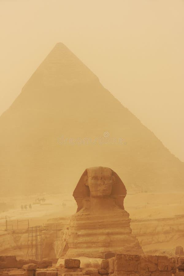 Το Sphinx και η πυραμίδα Khafre σε μια αμμοθύελλα, Κάιρο στοκ εικόνα με δικαίωμα ελεύθερης χρήσης