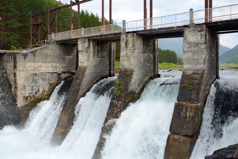 Το spillway φράγμα υδροηλεκτρικό Chemal, βουνά Altai στοκ εικόνα με δικαίωμα ελεύθερης χρήσης