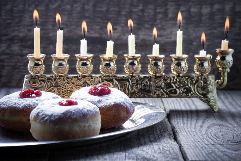 Το Sufganiyot και εννέα διακλαδίστηκαν menora για Hanukkah στοκ φωτογραφίες με δικαίωμα ελεύθερης χρήσης