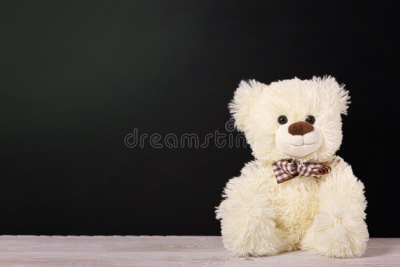 Το Teddy αντέχει κοντά στον πίνακα Ανασκόπηση ημέρας βαλεντίνων στοκ φωτογραφία με δικαίωμα ελεύθερης χρήσης