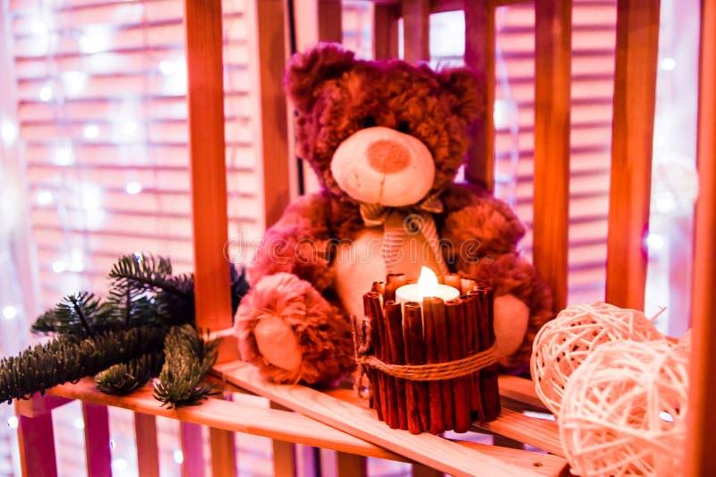 Το Teddy αντέχει με μια διακόσμηση Χριστουγέννων κεριών στοκ εικόνες