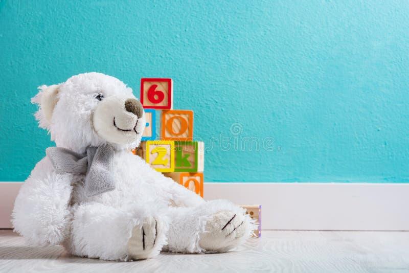 Το Teddy αντέχει σε ένα δωμάτιο μωρών ` s στοκ εικόνες με δικαίωμα ελεύθερης χρήσης