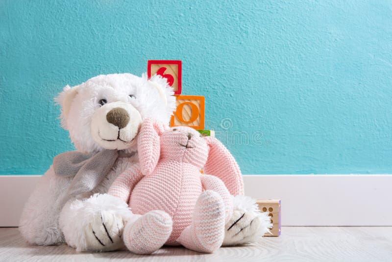 Το Teddy αντέχει σε ένα δωμάτιο μωρών ` s στοκ εικόνες