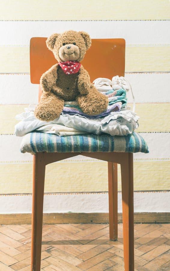 Το Teddy αντέχει σε ένα δωμάτιο μωρών στοκ φωτογραφία με δικαίωμα ελεύθερης χρήσης